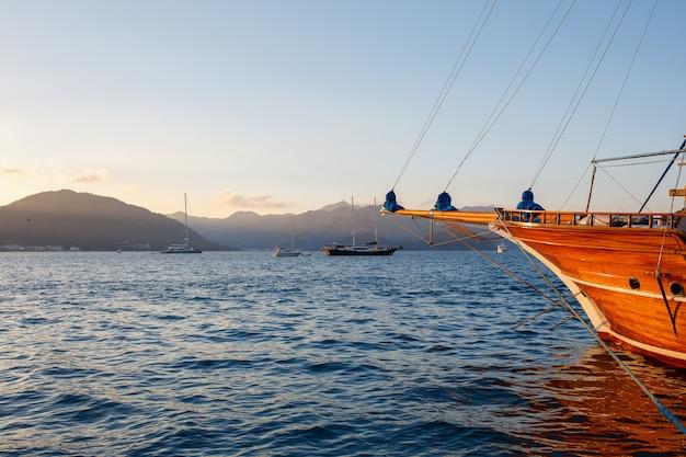 Yacht sul molo sullo sfondo di un bellissimo cielo al tramonto con raggi di sole