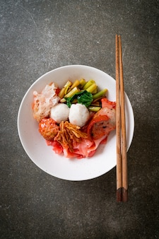 (yen-ta-four), noodle in stile thai secco con tofu assortiti e palla di pesce in zuppa rossa, stile asiatico