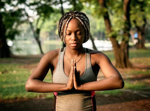 Yoga della gente in un parco