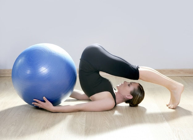 Yoga di forma fisica della palestra della palla di stabilità della donna di pilates