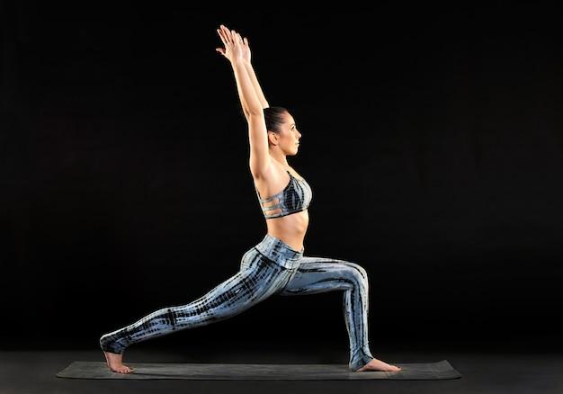 Yoga di pratica della donna che fa un affondo a mezzaluna