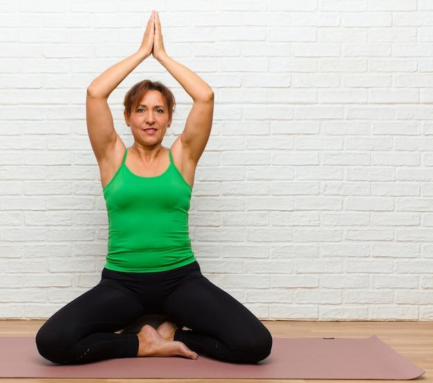 Yoga di pratica della donna di mezza età