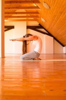 Yoga di pratica della donna in uno studio