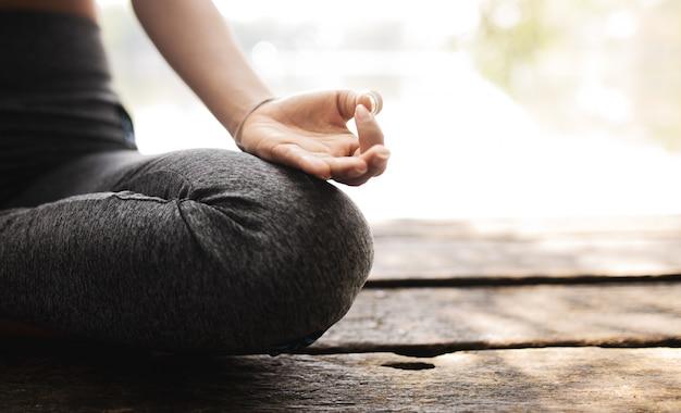 Yoga di pratica della giovane donna nella natura felicità femminile