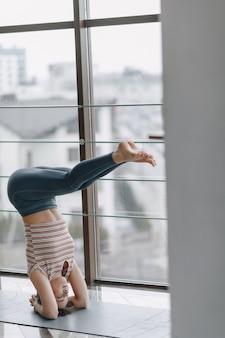 Yoga di pratica della ragazza, sport e stili di vita sani, il concetto di equilibrio mentale