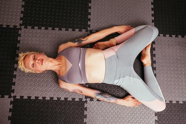 Yoga di pratica della ragazza
