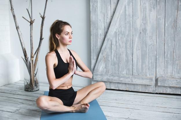 Yoga donna meditazione.