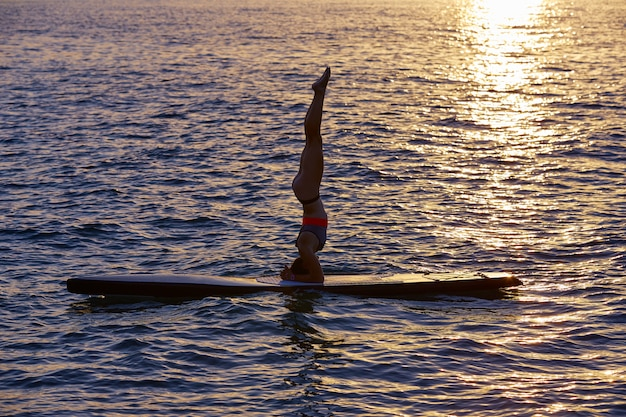 Yoga girl over sup stand up tavola da surf