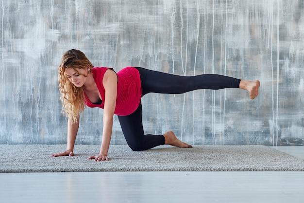 Yoga. meditazione di yoga di pratica della donna incinta. concetto di stile di vita di salute e cura del bambino
