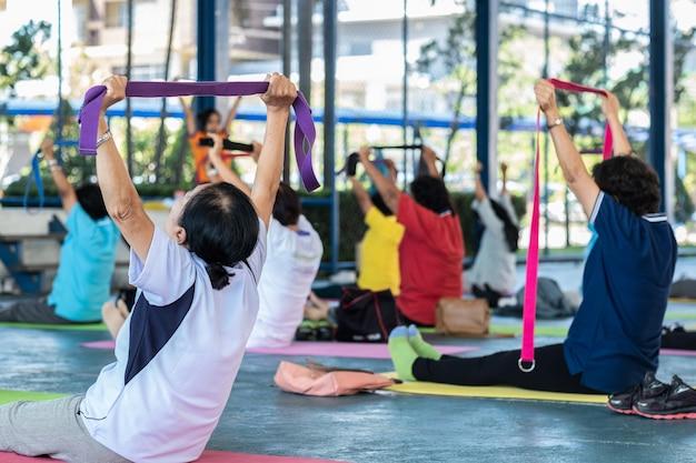 Yoga per senior in una classe sportiva