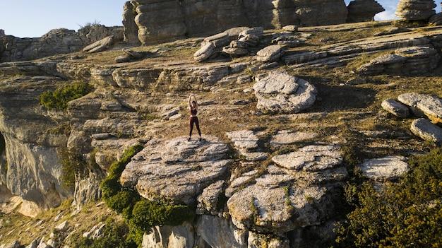 Yoga posa tratto nel cuore della natura