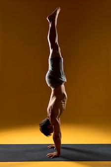 Yoga posa verticale sul tappetino