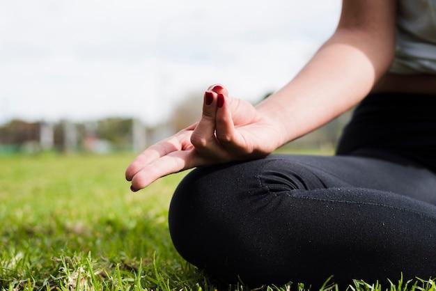 Yoga rilassata di pratica della ragazza all'aperto