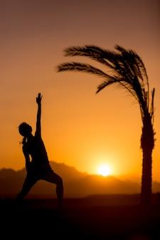 Yoga viparita virabhadrasana in posizione tropicale