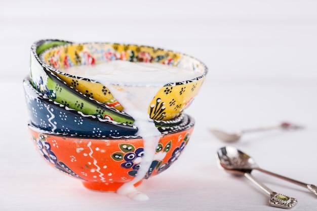 Yogurt, ayran fatti in casa, piatti tradizionali in ceramica turca
