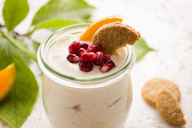 Yogurt con biscotti e frutta in un bicchiere