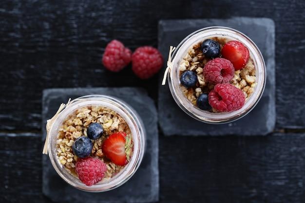 Yogurt con farina d'avena e frutti di bosco in bicchieri