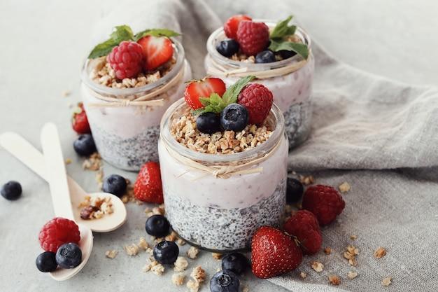 Yogurt con semi di chia e bacche in bicchieri