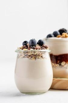 Yogurt di vista frontale con frutta e avena