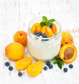 Yogurt dolce con albicocche fresche