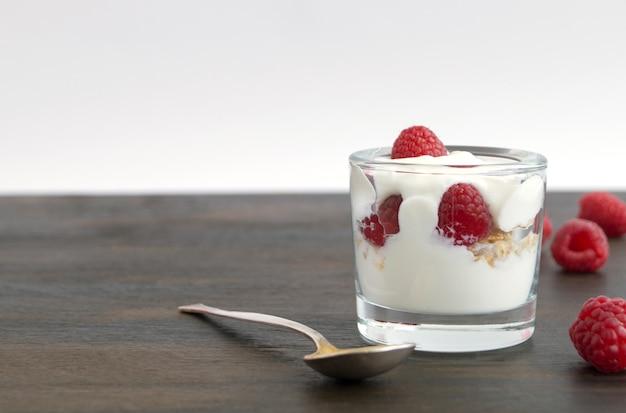 Yogurt fatto in casa con dieta sana con lamponi. messa a fuoco selettiva