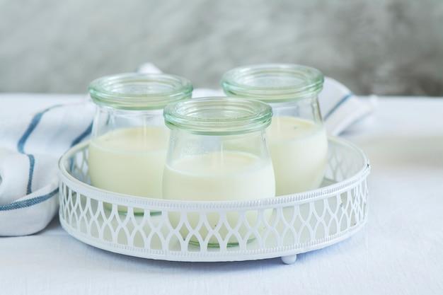 Yogurt fatto in casa in barattoli di vetro