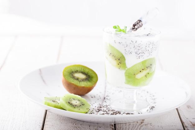 Yogurt, fatto in casa, kiwi, semi di chia e menta. colazione salutare.