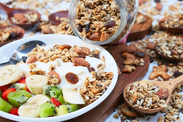 Yogurt fresco con granola fatta in casa