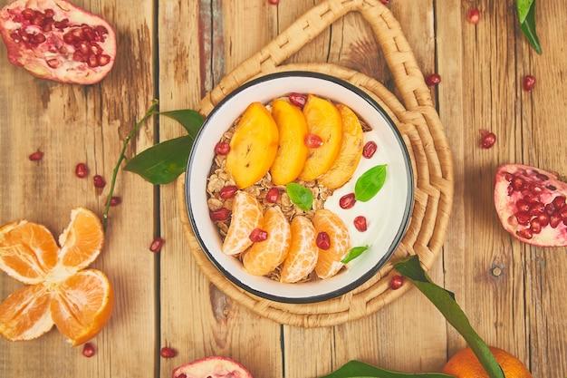 Yogurt granola fatto in casa con frutta tropicale. salutare