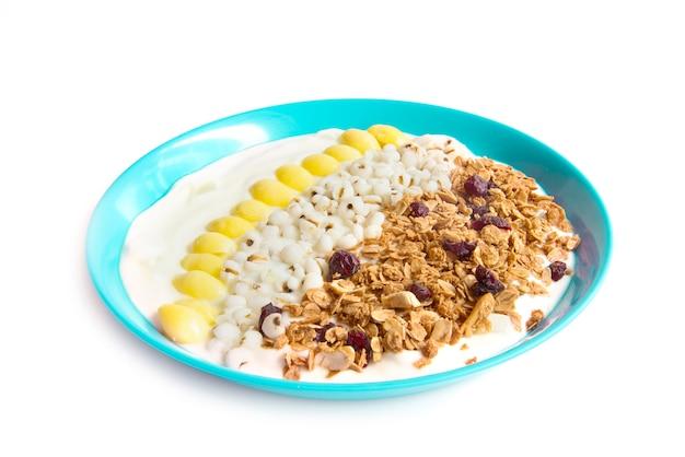 Yogurt greco e muesli, mirtillo rosso secco e ginko bollito e grano adlay è un sostituto del pasto per la vista laterale dieta sana e alimentare isolato