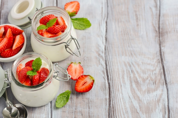 Yogurt naturale fatto in casa con fragole e menta