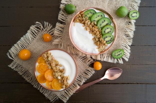 Yogurt naturale sano con muesli e frutta.