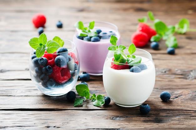 Yogurt sano con frutti di bosco e menta