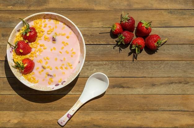 Yogurt strawberry sul pavimento di legno