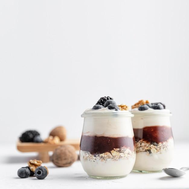 Yogurt vista frontale con marmellata e frutta