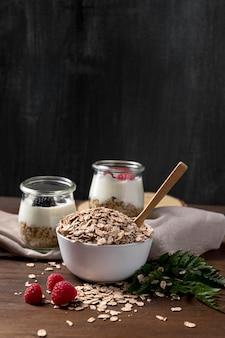 Yougurt con muesli e frutta sul tavolo