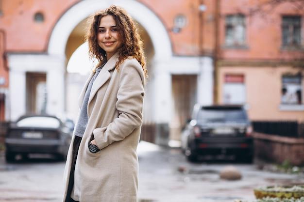 Youn donna con i capelli ricci fuori dalla strada