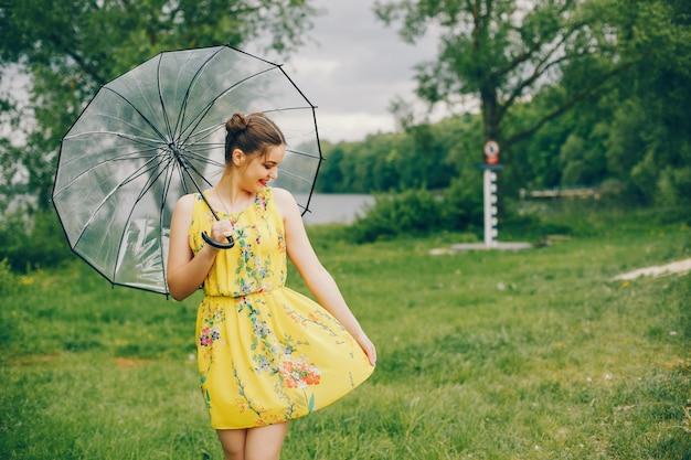 Yound e bella ragazza in un parco estivo