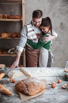Younh coppia abbracciarsi in cucina
