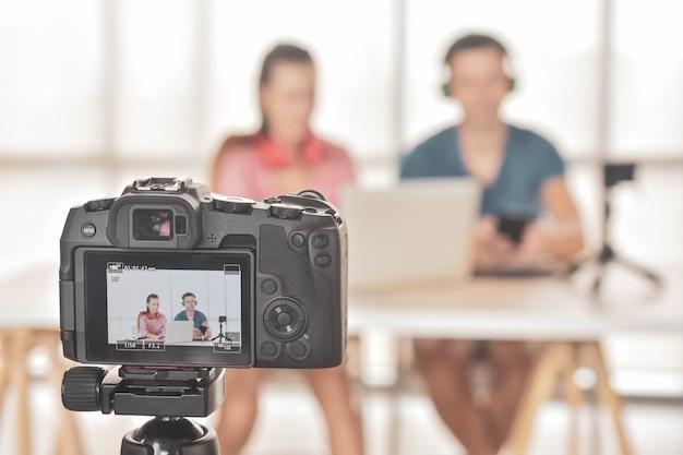 Youtuber vlogger internet star marketer trasmette startup di piccole imprese
