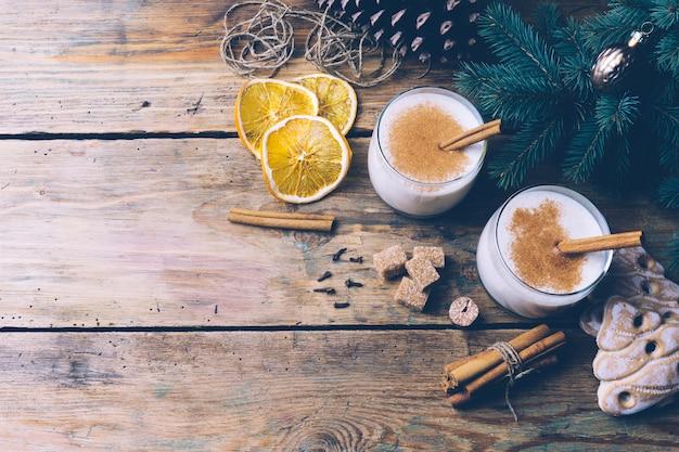 Zabaione (zabaione), tradizionale bevanda invernale natalizia con cannella, chiodi di garofano e noce moscata. bevande fatte in casa atmosfera natalizia invernale. copyspace.