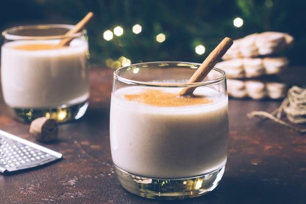 Zabaione (zabaione), tradizionale bevanda invernale natalizia con cannella, chiodi di garofano e noce moscata. bevande fatte in casa atmosfera natalizia invernale.