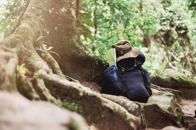 Zaino con mappa e cappello a terra