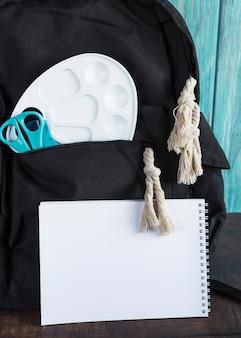 Zaino con materiale scolastico