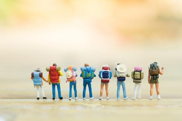 Zaino in spalla che viaggia in gruppo