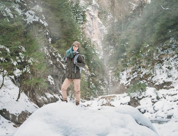 Zaino in spalla donna nella gola invernale