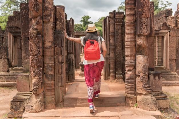 Zaino in viaggio donna in cambogia.