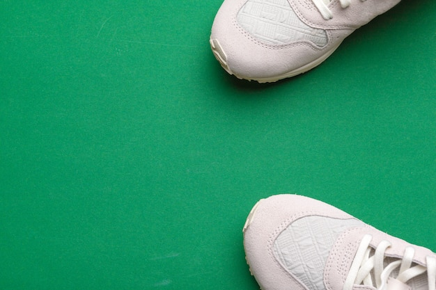 Zappe su sfondo verde.