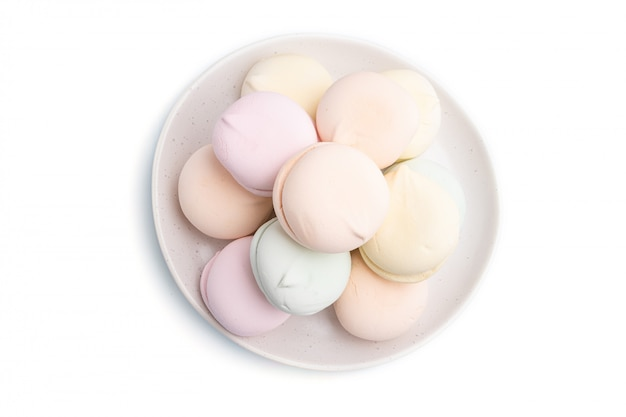 Zefiro colorato o marshmallow isolato su sfondo bianco. vista dall'alto.