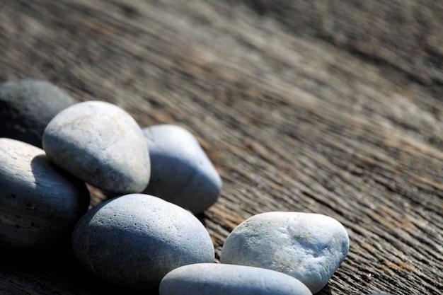 Zen e pietra termale sulla pianura in legno con area di copia spazio